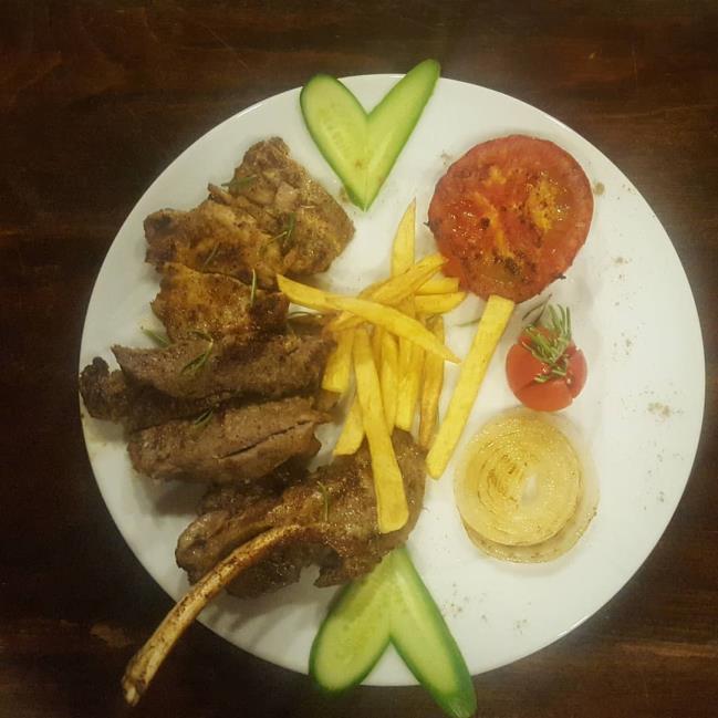 Kuzu pirzola, dana fileto, tavuk, köfte, sosis, ızgara domates, ızgara soğan ve patates kızartması
