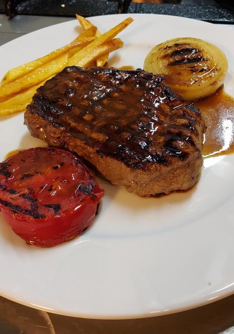 220gr dana bonfile, demi-glace sos, ızgara domates, ızgara soğan ve patates kızartması