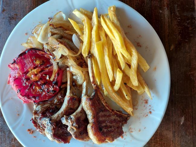 4 adet kuzu pirzola, ızgara domates, ızgara soğan ve patates kızartması