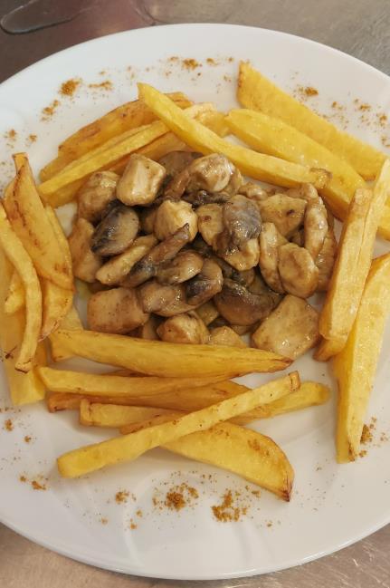 Jülyen kesilmiş tavuk parçaları, köri, mantar ve patates kızartması